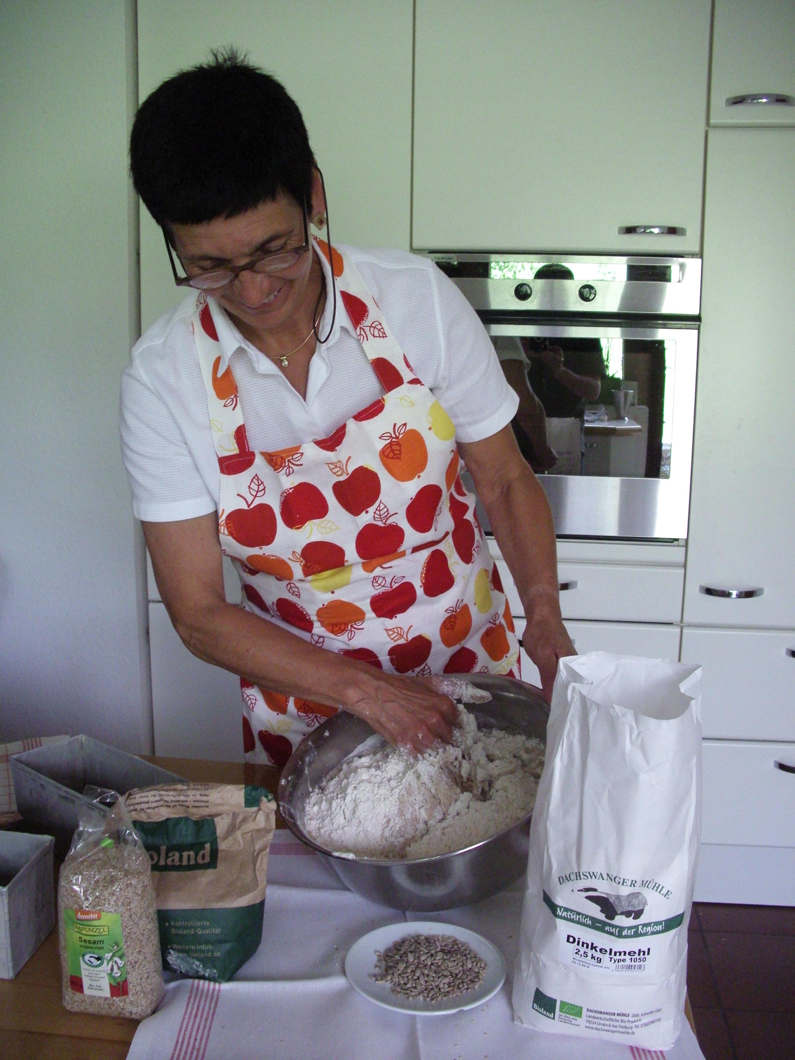 Frau Heintz beim Brotbacken